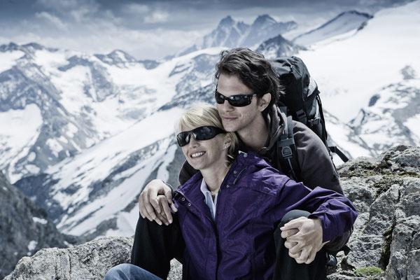 Pärchen beim Bergsteigen