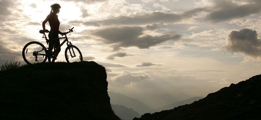 Radfahrer mit Blick auf Wolkendecke