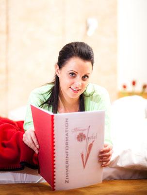 Frau mit Zimmerinformation