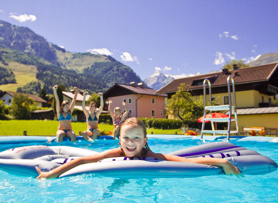 Kind im Pool