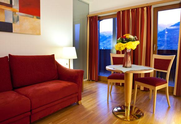 Zimmer mit Couch und Tisch