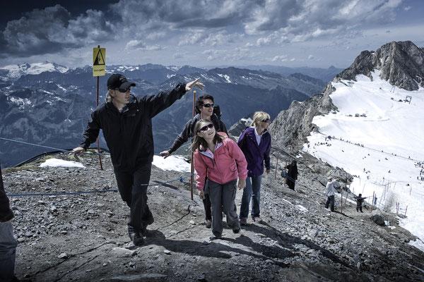 Gruppe geht bergsteigen