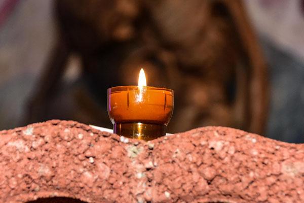 Viele Besucherinnen und Besucher nutzen die Chance und entzünden auch eine Kerze und tragen so symbolisch Licht in die aktuelle Dunkelheit.