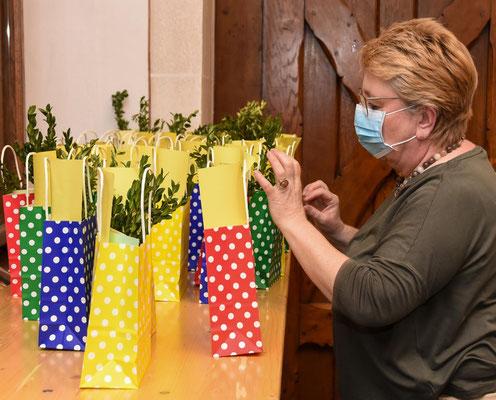 Auch Gemeinderatsmitglied Christina Bauer war bei der Packaktion gerne dabei.