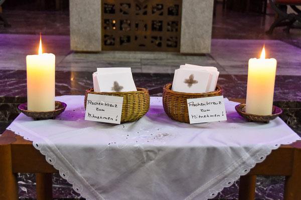 Seit Aschermittwoch liegen die individuellen Aschenkreuze zur Mitnahme in den Kirchen der Pfarrei St. Laurentius aus.