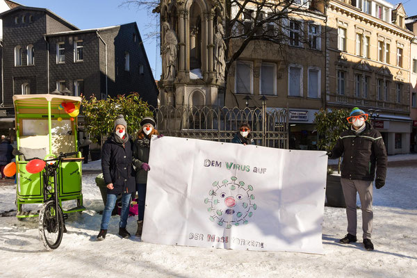 Mit der Rikscha der Pfarrei St. Laurentius verbreiteten Birgit Kopal, Hannah Kopal, Lioba Görges und Johannes Brähler (v.l.) am Karnevals-Samstag ein wenig Frohsinn.