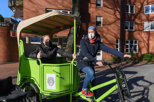 Vom Rollstuhl stieg Ratsherr Ralf Bockstedte in die Rikscha um. Gemeindereferentin Birgit Kopal erläuterte ihm die Entstehungsgeschichte der Rikscha-Aktion in Steele.