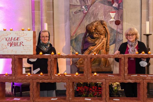 Schwester Sigrid Maria Hoves, Elke Scheermesser und Roswitha Paas (nicht im Bild) hatten die Idee für die Klagemauer in der St. Laurentiuskirche.