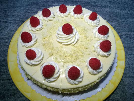 Weiße Mousse au Chocolat Torte mit Himbeerfruchteinlage 2/3