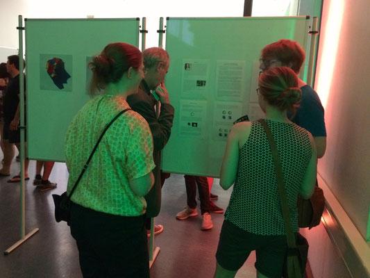 ... und diskutieren mit Miriam & Julia bis spät in die Nacht über Verbindung von Kunst & Physik. HERZLICHEN DANK an alle, die zur Ausstellung gekommen sind. Es war großartig! :-)
