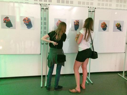 ... die ersten Besucher begutachten die Werke...