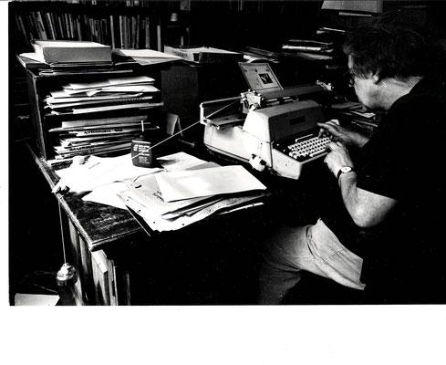 Erich Fried am Schreibtisch (Foto Catherine Fried / Alseum)