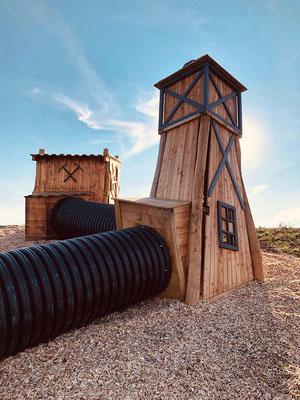 Röhren und Spieltürme bringen Abwechslung in den Kletterpfad.
