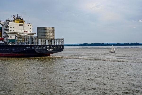 Hamburg - Containerschiff und Segler