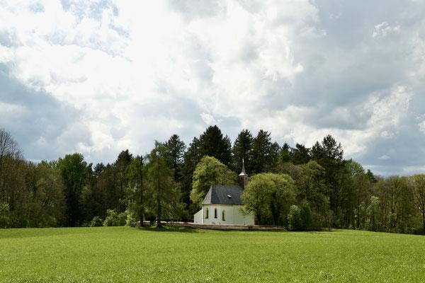 Das Kirchlein St. Johann, westlich von Stöttham.