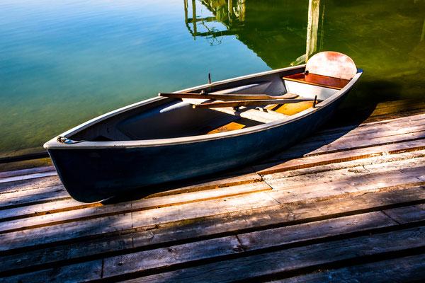 Ruderboot im Chieminger Hafenbecken