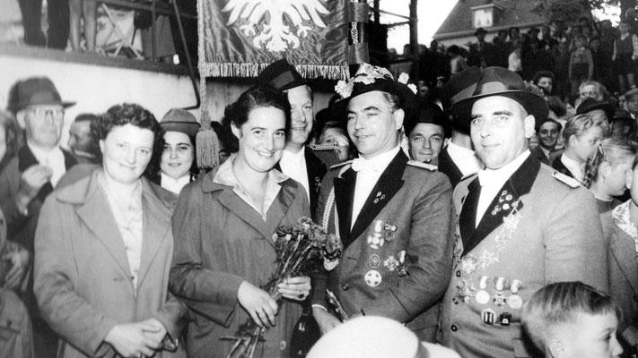 Das Königspaar Baum rechts daneben Fritz Franzen