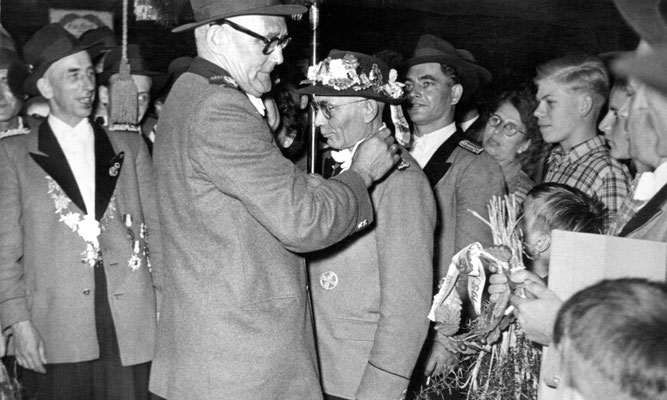 Noch amtierender König Johann Burgwinkel 1952, Christian Hackenbroch, neuer König 1953 Clemens Hilger, dahinter Heinz Baum (v.l.)
