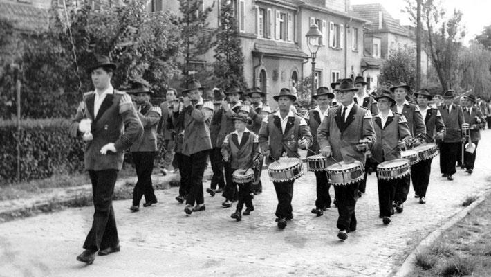 Der Poller Spielmannszug mit neuem Tambourmajor Heinz Heppekausen, der Matthias Richmann ablöste, dahinter in der 1. Reihe von rechts: Franz Koller, Willi Ehrmanns und der 8-jährige Sohn Heinz Ehrmanns