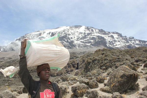 Träger am Kilimandscharo