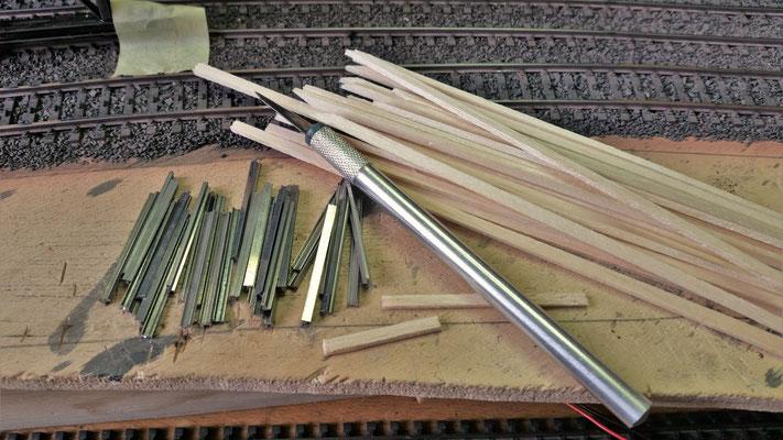 Da die Arbeiten am Kran wegen des kaputten Decoders gestoppt werden mussten, habe ich schon mal mit dem Kohlebansen angefangen. Die Träger sind aus Flexgleisen und die Holzbohlen sind aus Balsaholz.