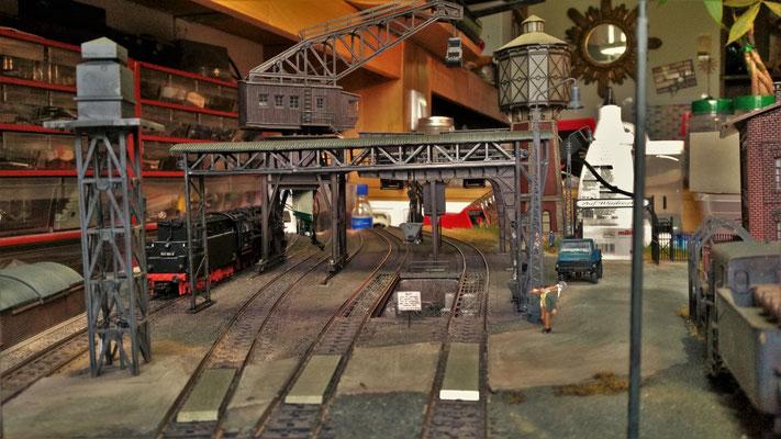 Die Betriebsweg-Bahnübergänge haben Gleisfüllungen aus Weinert Riffelblech bekommen, jedes Blech hat einen eigenen Stromanschluss