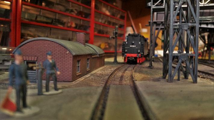 Bei der Besandungsanlage (noch nicht fertig) finden gerade Gleisbauarbeiten statt, die durch Posten gesichert werden