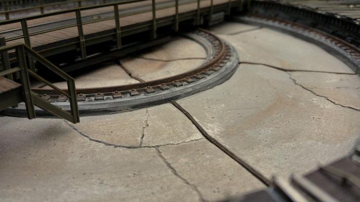 Die Risse in den Betonplatten kommen immer noch gut zur Geltung. Hier wird ach noch das ein oder andere Grasbüschel seinen Platz finden