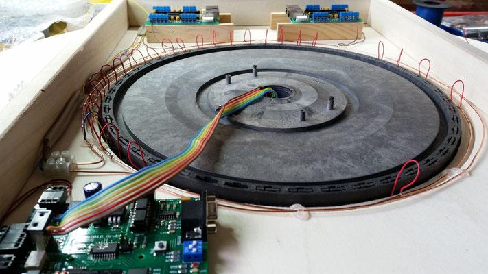 Drehscheibe montiert und Ringleitung gelegt. Die ersten Kabel wurden gelötet