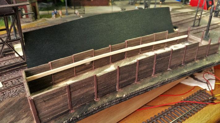 Der Bau des Kohlebansens wurde fortgesetzt. Nachdem alle Bohlen eingesetzt wurden, haben sie die ersten beiden Farbschichten bekommen