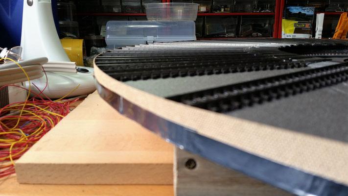 Schottern ist angesagt :) Die Segmentkante habe ich provisorisch mit Kantenumleimer versehen, damit es eine saubere Kante gibt nd der Schotter nicht auf den Boden fällt