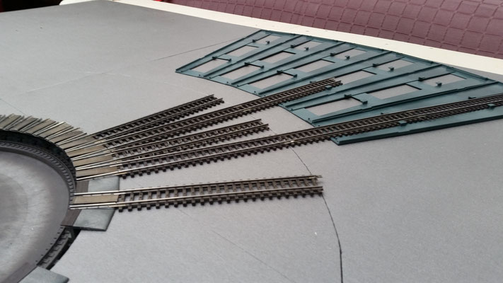 Segmente mit 1cm Styrodur ausgelegt und mit ilikon verklebt. Die Segmentformen mit einem Cutter nachgezogen und erste Stellprobe gemacht