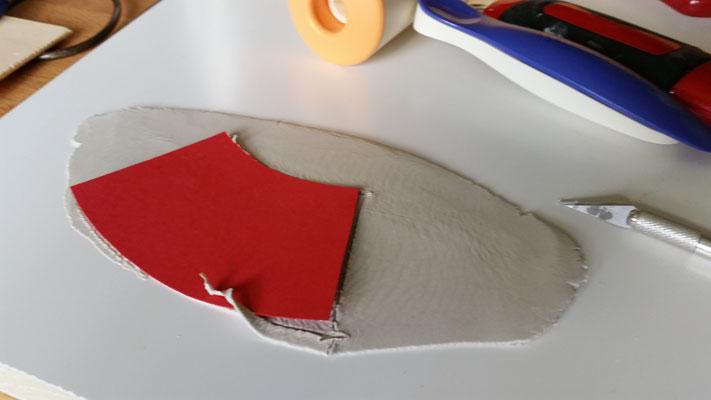 Es sind Pappschablonen zum genauen Ausschneiden einer Tonmasse :) Die Scheibe selbst ist mir zu glatt und eintönig...