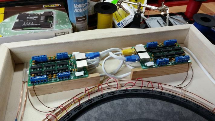 Drehscheibe montiert und Ringleitung gelegt. Die ersten Kabel wurden gelötet und zwei s88 verbaut