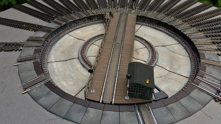 Die äußeren Randplatten bei den Gleisabgängen werden auch noch etwas heller eingefärbt, damit das Gesamtbild stimmiger wird