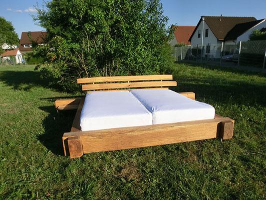 Großes Holzbett mit 2 Matratzen