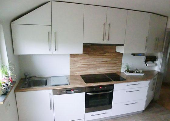 Küche in Esche - Weiß lackiert von der Seite