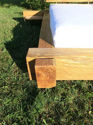 Großes Holzbett mit 2 Matratzen von vorne