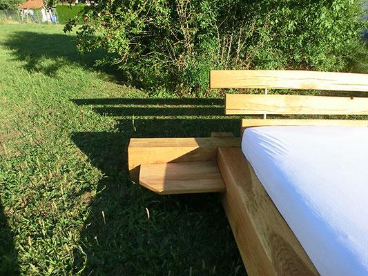 Kleines Seitenstück beim Holzbett