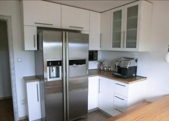 Küche in Esche - Weiß lackiert mit Kühlschrank