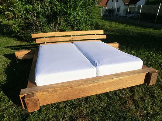 Großes Holzbett mit 2 Matratzen von weiter vorne