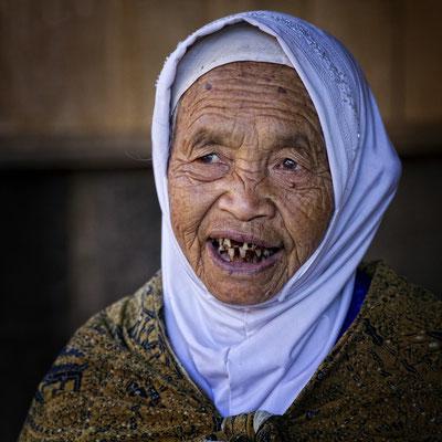 Frau im Dieng-Plateau