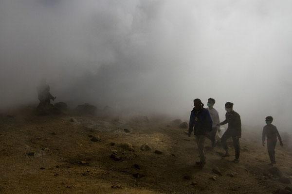Aktiver Schwefelkrater eines der unzähligen aktiven Vulkane