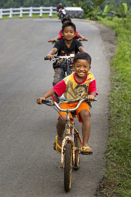 Kinder im Hochland des Dieng-Plateau