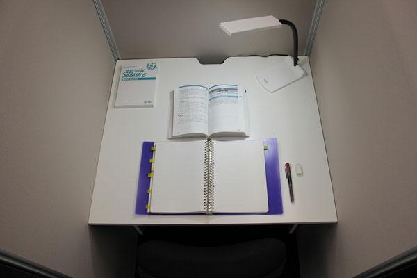 標準デスク テキストとノートで丁度いい広さ