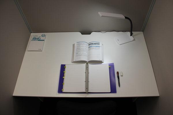 ワイドデスク 広い!辞書や参考書など山積みできる余裕の広さ