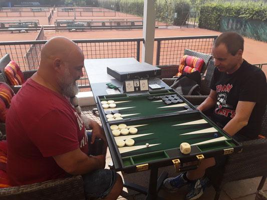 Olli verliert in der Vorrunde ein 5 Punkte-Match gegen Manfred