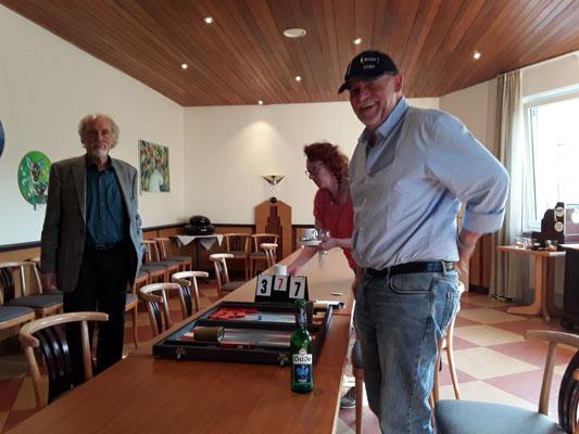 Helmut (rechts) gewinnt gegen Horst-Peter und erreicht das FINALE