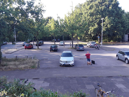 """Großer Parkplatz vor dem Spiellokal """"Walk-In"""""""