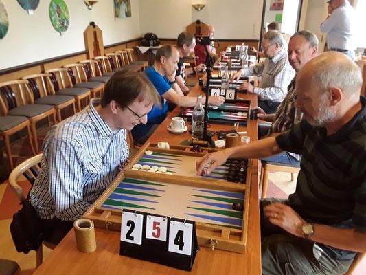Obwohl Daniel 2:4 in einer der fünf Vorrunden gegen Georg hinten lag gelang es ihm wieder gegen Georg 5:4 zu gewinnen.